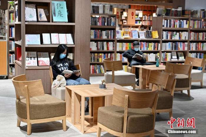 广西南宁一书店内,读者阅读书籍。中新社记者 俞靖 摄