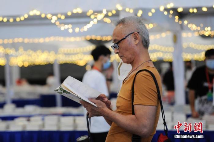 市民在选购图书。中新社记者 张娅子 摄