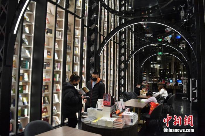 长春一家书店因别致的装修而走红网络,吸引不少市民前来阅读购书。 张瑶 摄