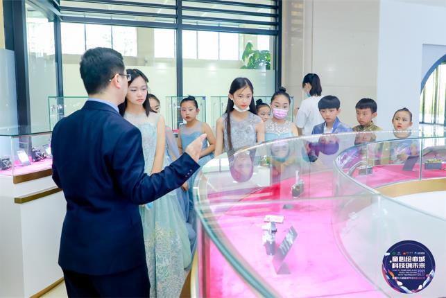活动现场,与会嘉宾和少年儿童代表参观朝林广场内的时光老相机博物馆