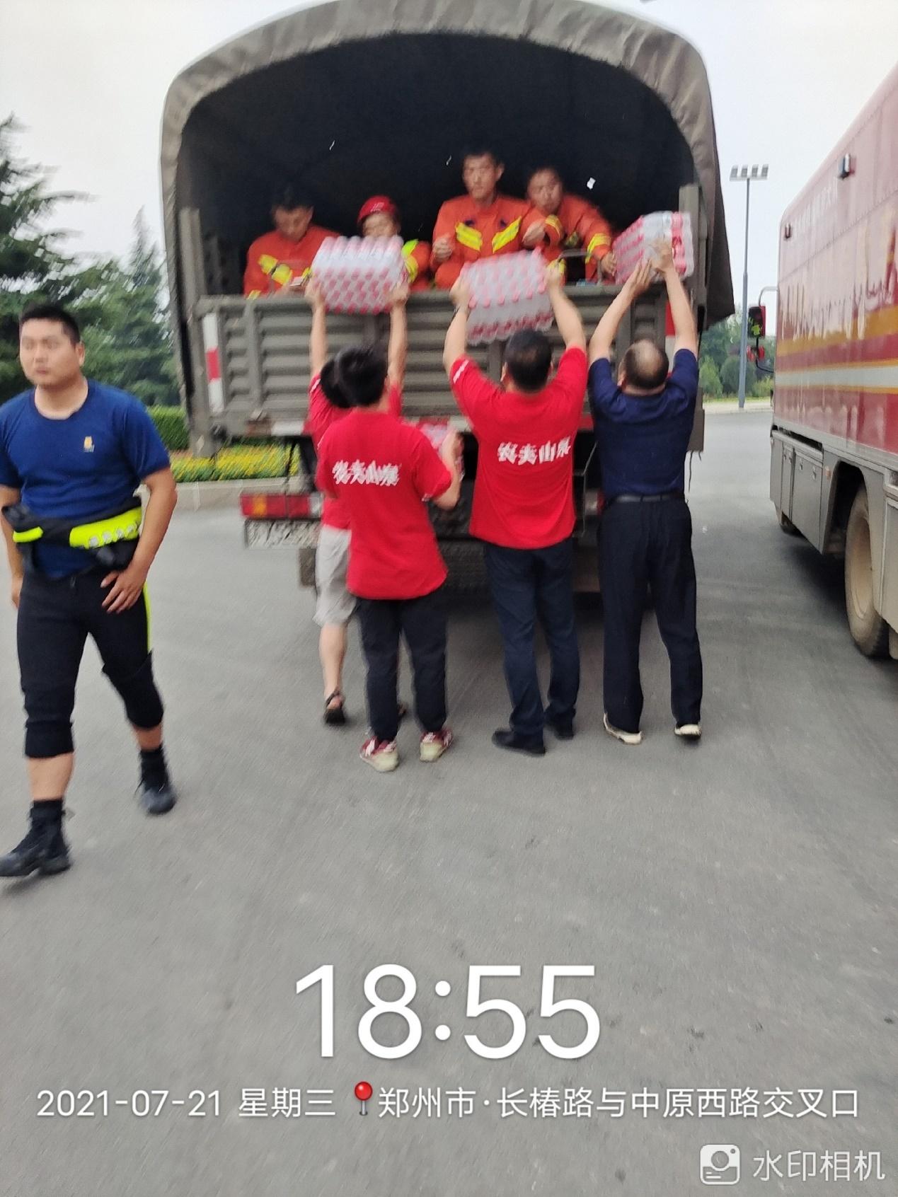 18:55,郑州,长椿路与中原西路交叉口,农夫山泉给参加救援的消防战士送水