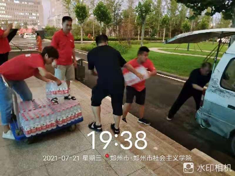 19:38,捐助的饮用水抵达郑州市社会主义学院,为福利院的小朋友和工作人员送上亟需物资