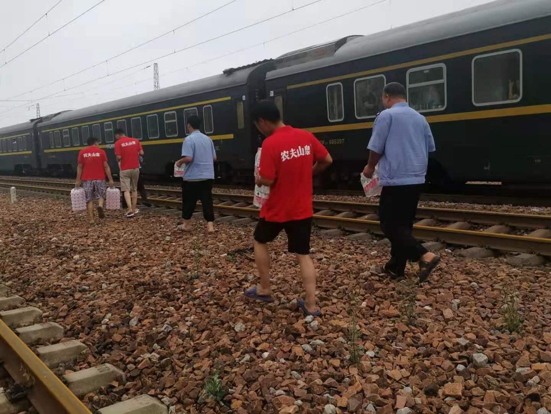 18:44,因为洪水广州东到青岛北Z168次列车被困原地长达25小时,农夫山泉得到消息后协同新郑红十字会,将120箱免费饮用水以及其他物资送至被困群众处