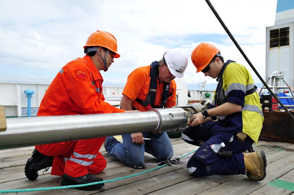 """张謇""""号在新不列颠海沟西部海域开展海洋环境调查"""