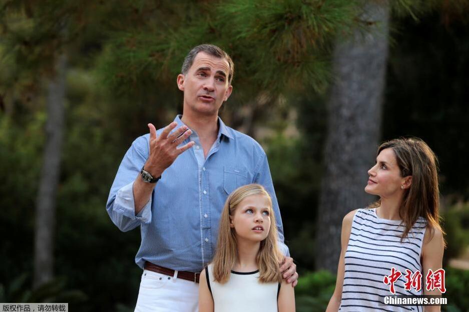 西班牙国王携妻儿拍摄唯美全家福 一家四口颜值高