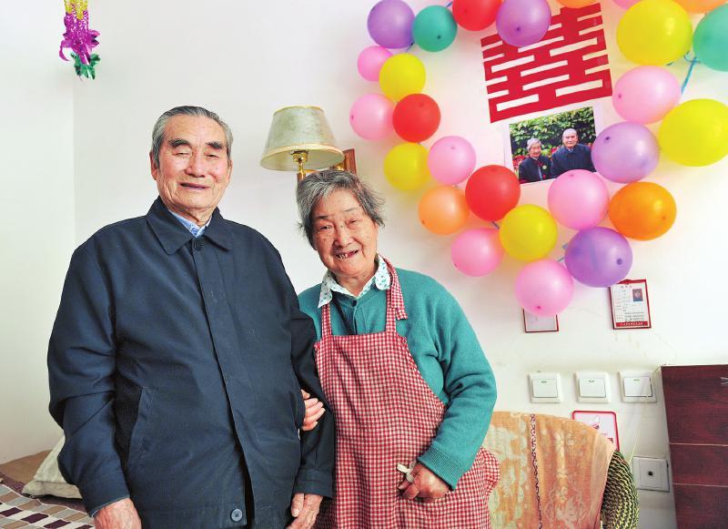"<p>  4月11日,成都的一家敬老院内也有这么一条爆炸新闻:院内一位88岁大爷和一位86岁婆婆相识到相爱,彼此心心相印,决定结婚走到一起。更时尚的是,这对""奔九""老人玩的还是""闪婚"",两人相识相知不过1个多月,就做出了这个大胆决定。敬老院特地给两位老人腾了一间新房并贴喜张灯,布置得喜气十足。</p>"