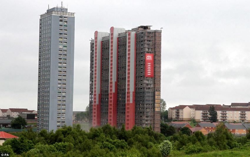 """<p>  据英国《每日邮报》6月10日消息,10日,曾被誉为""""欧洲第一高居民楼""""的位于英国格拉斯哥市的一幢公寓楼爆破成功,5秒内被夷为平地,未伤到周围的建筑。这幢高89米的居民楼1969年完工,是当时的欧洲第一高居民楼。它当天在275公斤爆炸物的催化下应声倒地,变成一大堆瓦砾。</p>"""