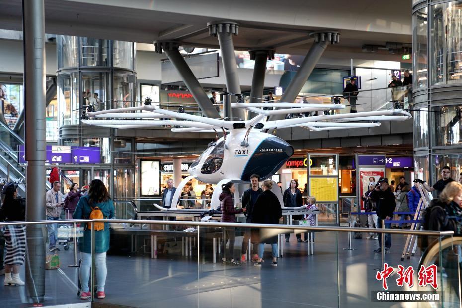 "<p>  5月12日,德国Volocopter公司在柏林火车总站内展示其推出的""空中出租车""原型机,吸引过往乘客驻足端详。据介绍,其有望在2-5年内在德国获得营运许可。目前,除正在积极开拓新加坡等海外市场的Volocopter之外,空中客车和奥迪亦在德国宣布跨界合作进军这一移动出行领域的全新市场。 中新社记者 彭大伟 摄</p>"