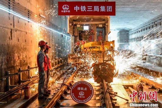 广州地铁二十一号线轨道贯通