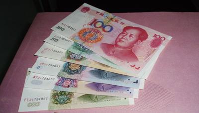 银行换不到百元钞; 成捆的新版人民币