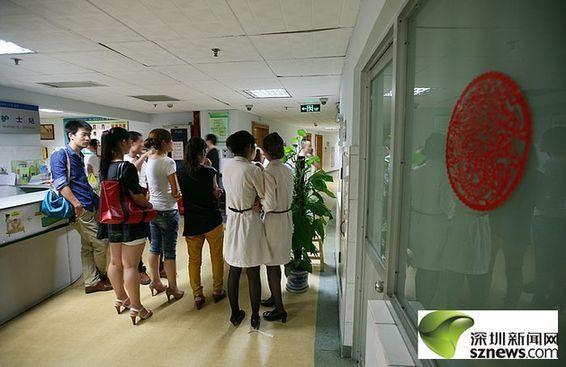 深圳市二醫院手術室外面等待被砍傷護士情況的傷者家屬和媒體記者們圖片