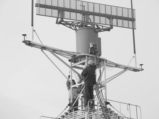 江苏空管开展雷达换季维护近日,江苏空管分局与民航空管装备公司合作,完成了本场移动雷达换季维护工作。   本次维护工作主要包括室外设备检查、更换天线变速箱机油、更换老化马达、更换故障风扇,对升降塔进行防腐处理以及舱内相关测试调整工作。   赵爱民 孙擎宇 彭鹏   摄影报道