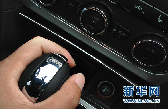 这是上海大众新帕萨特轿车内dsg变速器的档位拨杆(3月20日摄).