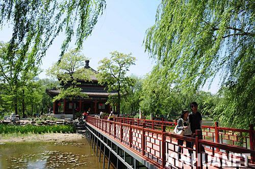 新华社记者 杜华举 摄      资料图片:北京圆明园遗址公园的福海景区