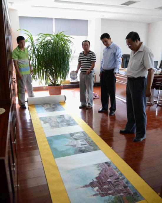 """杨树龙向有关人员介绍 """"中国画画穆斯林世界""""巨幅百米长卷 左鸣远摄"""