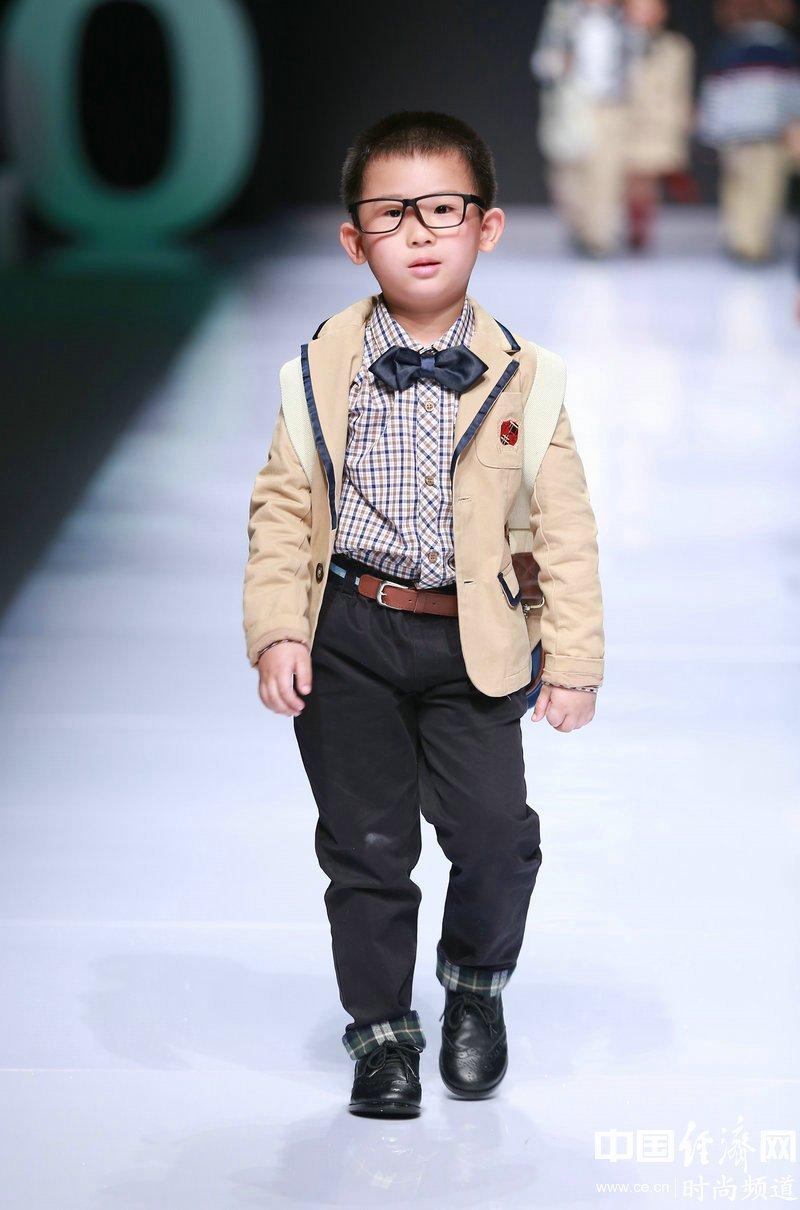 可爱的童装模特展示设计师最新一季设计作品