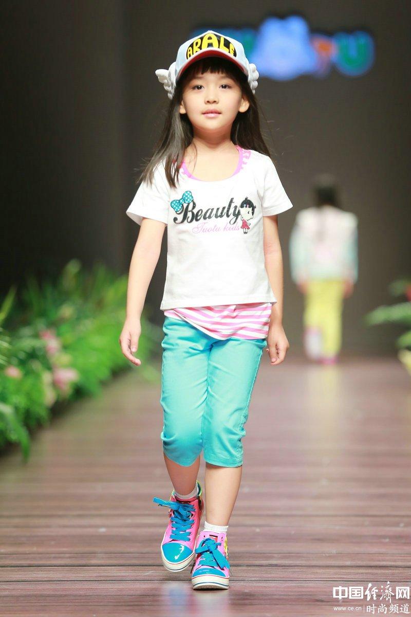 """2013年10月29日,""""05后""""超萌模特展示设计师最新一季童装设计作品."""