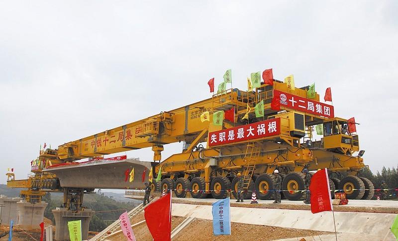 本报记者 姜 峰 肖培清 马常宏   柳南客专是湘桂铁路扩能改造工程的重要组成部分,南黎铁路是南广铁路的重要组成部分,在中国铁建十二局集团柳南客专标的管段内,两条铁路四线并行,蔚为壮观。以前南宁至广州、南宁至北京共用一条线路,现在从南宁东站出发的试运行动车组列车在柳南线和南黎线两条铁路上并驾齐驱,在黎塘分道扬镳后各自向北、向东前进。新建的现代化高等级铁路将释放出更大的客货运输能力,极大地改善广西境内铁路运输条件。   图一为指挥部第二项目部青年突击队队员欢庆六坎1号隧道顺利贯通。 李瑞昌 摄