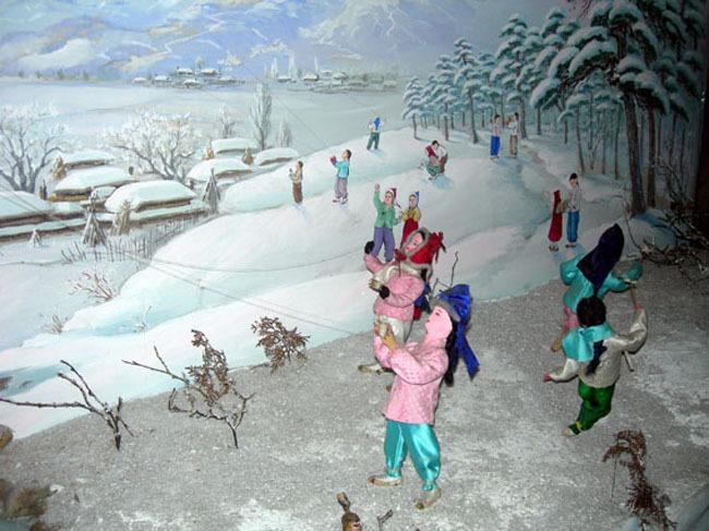 圖為朝鮮傳統食物年糕湯。(朝鮮網路截圖)   人民網2月11日訊 剛剛過去的春節是中國最具特色的傳統節日,朝鮮人民也有過春節的傳統。那麼朝鮮人如何過年?他們又有哪些習俗呢?據畫報《朝鮮》介紹,春節是朝鮮傳統的民俗佳節。為了過年,人們把屋裏屋外收拾得乾乾淨淨,縫製新裝,做特殊的飯菜。   春節早晨,孩子和晚輩身著新裝向父母和鄰居長輩拜年,祝他們健康長壽,工作順利;長輩則祝福晚輩,讓他們喝歲酒吃歲餐,給孩子壓歲錢或糕餅、水果。   節日飲食主要有年糕湯、各種糕類和煎餅、柿餅汁、蜜糯湯、烤肉等。這些節日飲食