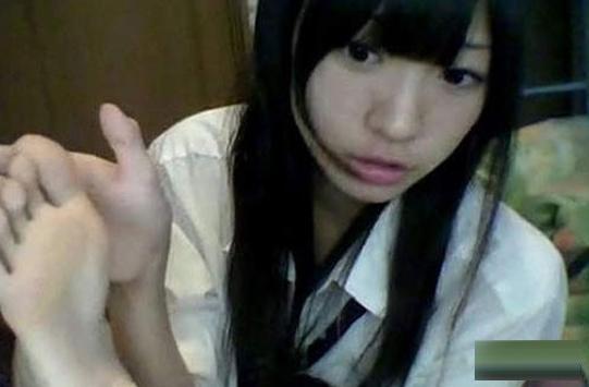 日本17岁i字腿美少女遭疯抢