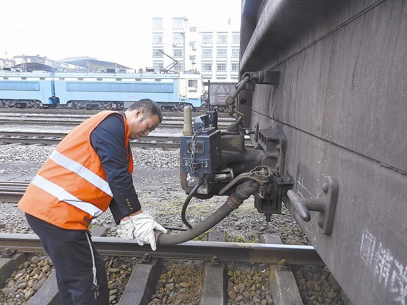 图为列尾作业员正在安装列尾防护装置。何卫东 摄   列车尾部防护装置是在列车尾部无人值守的情况下,为提高铁路运输的安全性而研制的专用装置,替代运转车长行使职责。该装置挂于列车尾部,通过运用计算机编码、无线遥控、语音合成等技术,具备列车尾部制动风压查询、列车强制排风制动及黑匣子记录等功能,是保证铁路运输安全的专用运输设备。这一装置的应用改变了车站和机车乘务员的作业方式。   这一具有较高科技含量的设备已在货物列车上使用多年,目前正在旅客列车上推广使用。   24056司机,代号8号,ID号287。