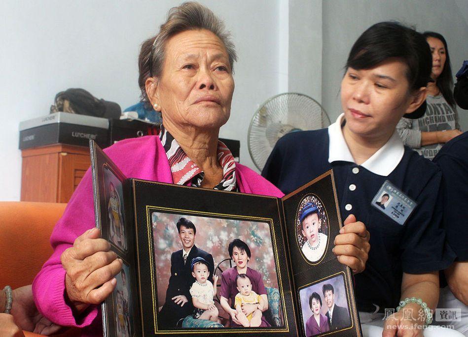 据马来西亚星洲日报报道,东方艺术机构董事长廖伟成证实,有30名乘客是前往马来西亚参加第四届中国书画名家赴马来西亚作品邀请展的中国书画家和他们的家属,乘坐了马航飞往北京中途失联的飞机上。他说,共有25名中国书画家联同家属和工作人员一行35人,于本月3日上午8时许抵达吉隆坡;但是,由于书画家来自中国不同地方,返回的班机和时间各异,因此另有5人并没有搭乘这趟失联的马航班机。廖伟成在接受星洲日报专访时说,搭上失联班机的中国书画家包括中国艺术团团长,中国书法艺术家协会副主席蒙高生。