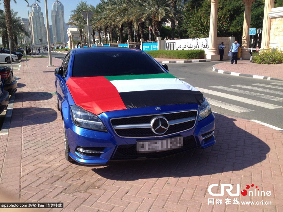 2013年12月16日,迪拜美国大学停车场里的梅赛德斯奔驰轿车.