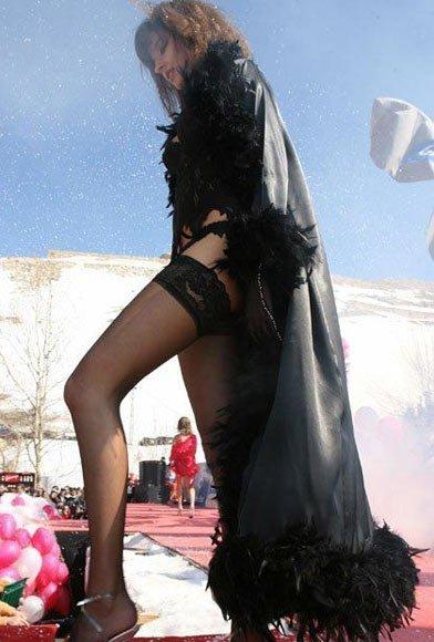 埃及多名男生性骚扰金发美女
