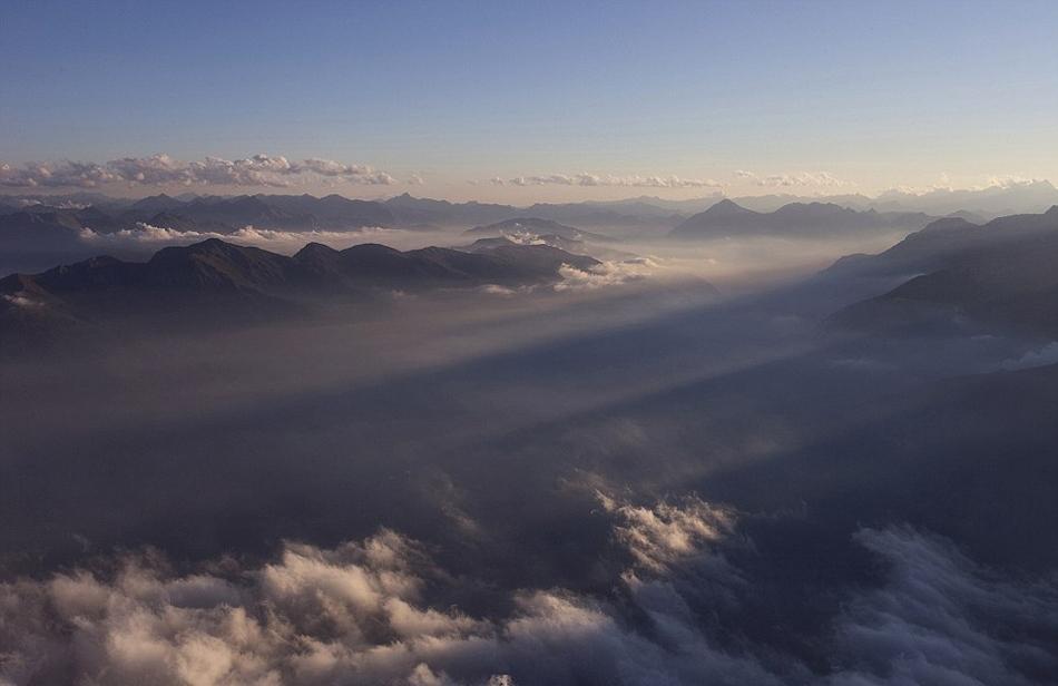 不畏零下30度的严寒,44岁的意大利摄影师Roberto Bertero登上意大利、法国等地的高山,记录下山脉的壮丽美景。   国际在线专稿:据英国《每日邮报》3月31日报道,44岁的意大利摄影师Roberto Bertero顶着零下30度的严寒,登上意大利苏萨谷的罗西阿梅龙峰(Mount Rocciamelone )、意大利的Lagazoui 山和法国阿尔卑斯的Chaberton山,拍下这些山脉的壮丽美景。   Bertero介绍,自己一般单独出行,他很享受在高山上度过的静谧夜晚。他说:在高山上,将