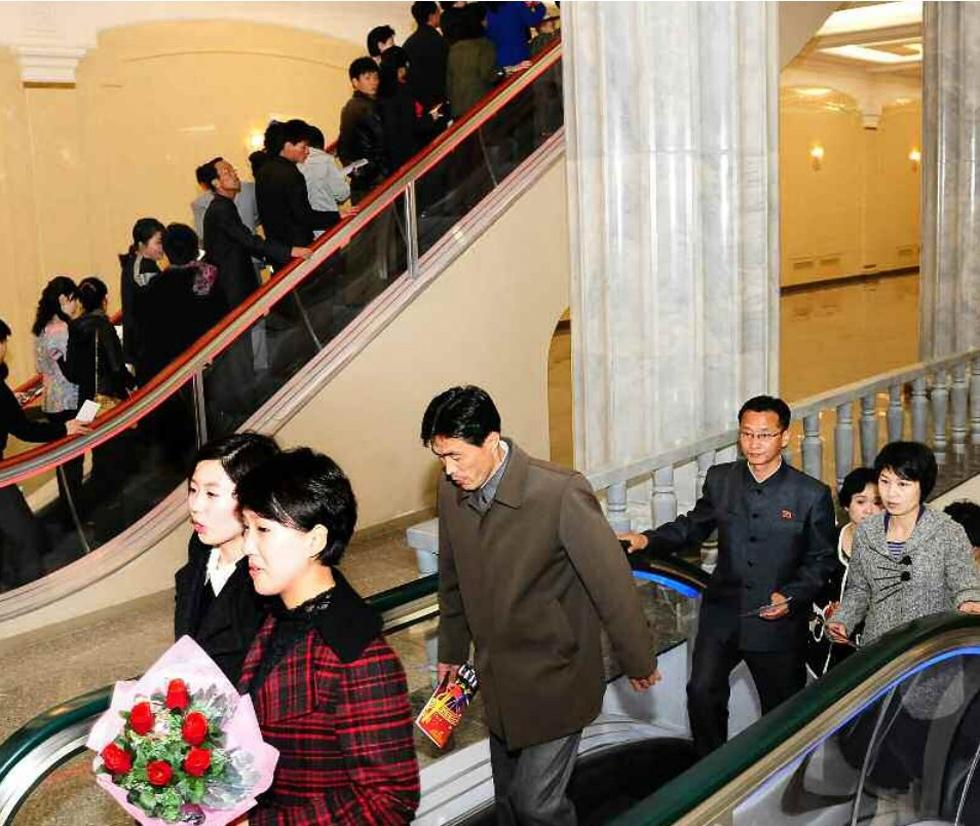 观看37_金正恩观看朝鲜牡丹峰乐团演出 观众高呼\