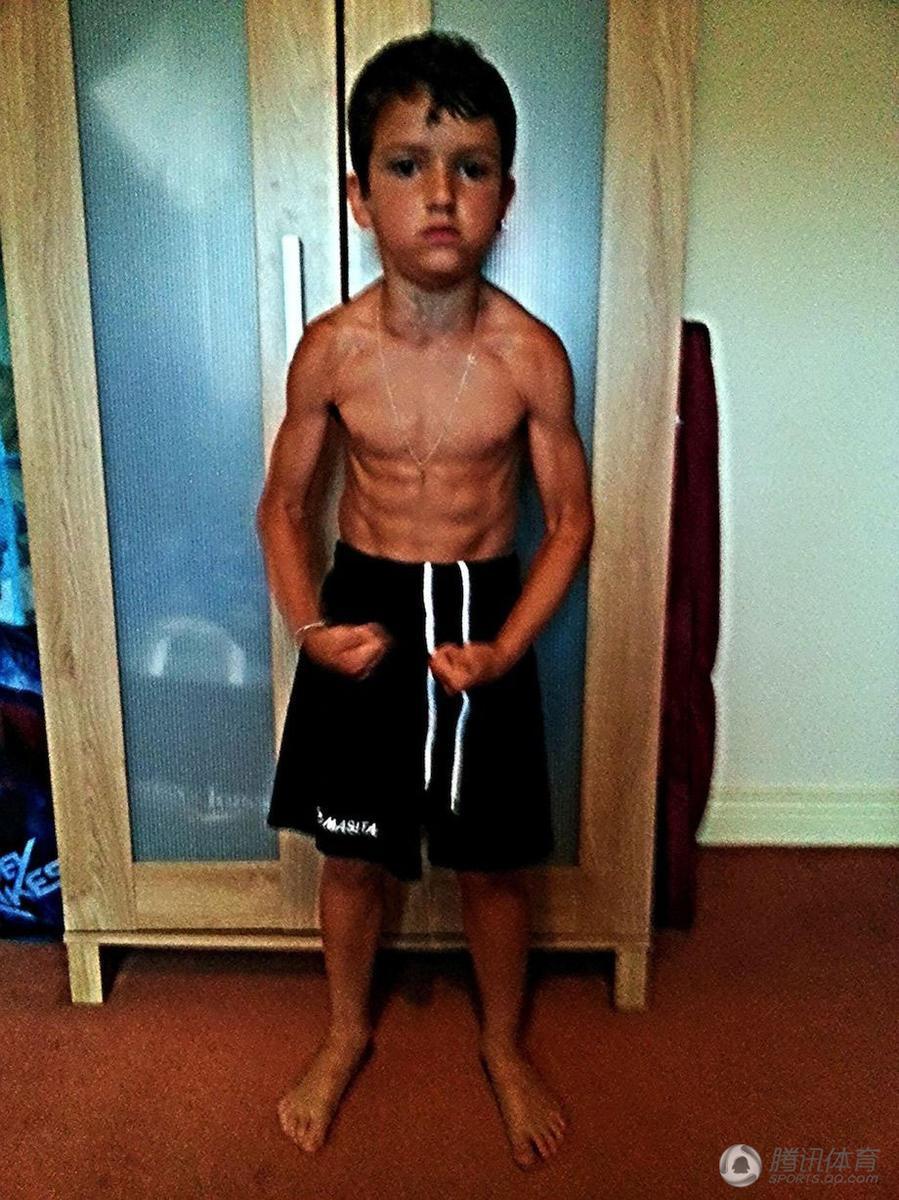 爱尔兰8岁男童8块腹肌 被赞迷你施瓦辛格 组图