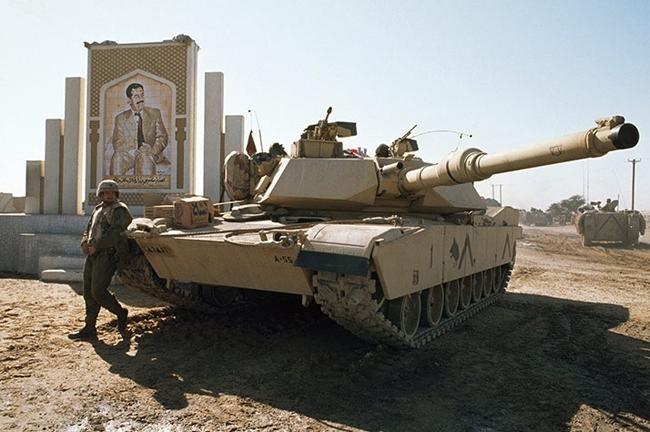 1991年,一名美军士兵站在伊拉克和科威特边境上.