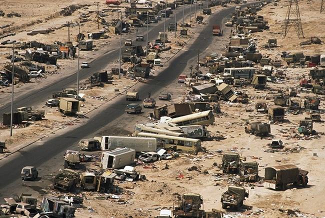 1991年3月,科威特北部主要公路上的卡车以及其他车辆遭到轰炸.