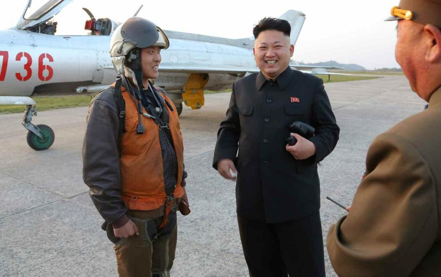 金正恩与空军飞行员合影(来源:劳动新闻)   国际在线专稿:据朝鲜《劳动新闻》4月22日报道,朝鲜国防委员会第一委员长金正恩于4月21日巡视了有着吴中钦七联队称号的朝鲜人民军空军第188部队。这是朝鲜人民军第一次飞行员大会之后金正恩首次指导飞行训练。   在指导飞行训练时,金正恩下达了飞行命令。全体飞行员和军官都准备就绪,整装待发。首先进行训练的是飞行员吉英兆(音)的儿子吉勋(音)。当他圆满完成飞行任务回到地面时,金正恩热情地同他握手,称赞他把飞行员大会中宣誓的精神出色地付诸了实践。金正恩还慰问了吉