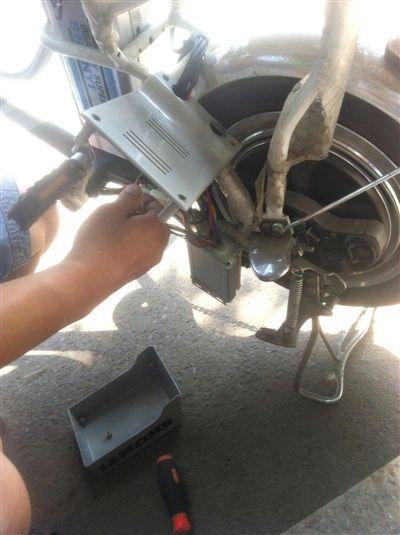 电动自行车店维修人员擅自改控制器,进行人为提速.