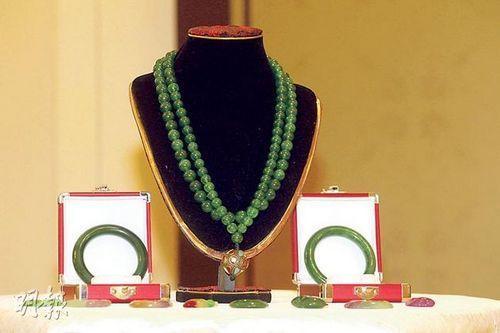 这串108颗朝珠链,起拍价为1.8亿人民币。图片来源《明报》