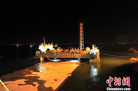 0日凌晨,中交港珠澳大桥岛隧工程项目总经理部抢抓两场台风间隙