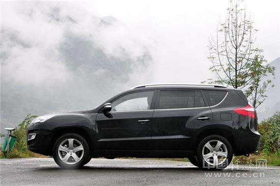 吉利豪情SUV   此外,豪情前悬挂为麦弗逊独立悬挂配合横向稳定杆结构,后悬挂为多连杆独立悬挂加横向稳定杆结构,较利于操控又兼顾了一定的舒适性。   更值得一提的是,豪情特别搭载了曾在Jeep、奔驰、大众等品牌SUV上装配的加拿大麦格纳智能适时四驱系统。   试驾手记:豪情SUV确实令人眼前一亮,特别是空间及内饰品质上,称得上是诚意之作。而12.
