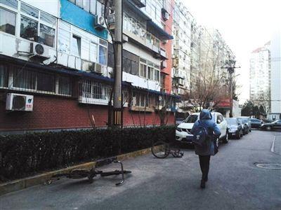 北京老旧自行车乱象 当地锁占停车位无人敢清理