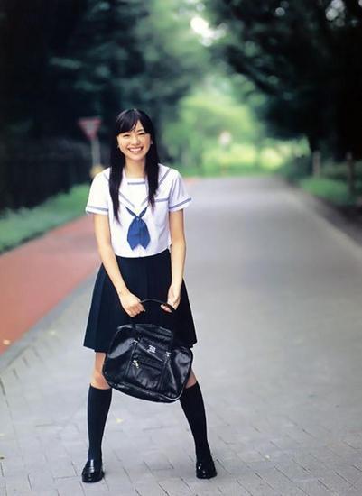 14岁可爱女生穿校服