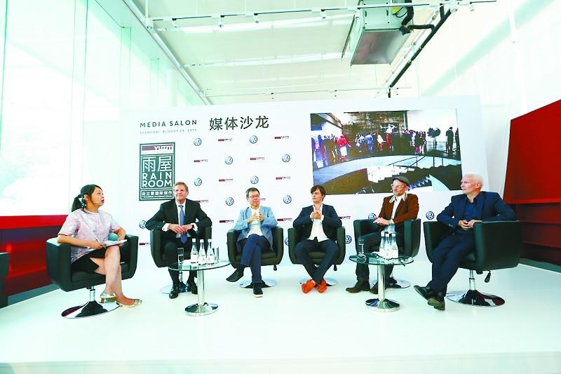 150平方米的空間裏,參觀者所到之處雨滴將戛然而止。8月29日,在大眾汽車集團(中國)和上海余德耀美術館的邀約下,這個集合藝術、科學、交互技術等元素、由蘭登國際備受讚譽的藝術裝置雨屋在亞洲的首展開幕。作為展覽的獨家贊助商,大眾汽車集團(中國)宣佈將在中國啟動大眾汽車文化項目,旨在通過 文化藝術體驗和教育活動,向公眾全面普及藝術和文化、培養創造力和創造精神。   德國大眾汽車集團管理董事會成員、大眾汽車集團(中國)總裁兼CEO海茲曼教授表示,我們相信藝術和文化是推動社會發展、啟迪靈感、推動創新的