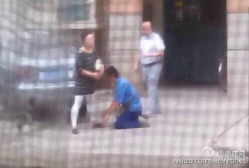快递员在楼下高喊客户 车钥匙被拔对客户下跪