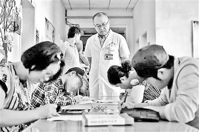 山西一医生要求病人住院先考试 试题出自其售卖书目