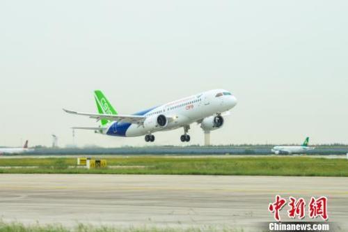 9月28日上午,C919大型客机10101架机在上海浦东机场完成一架次检飞任务。 中国商飞公司 摄