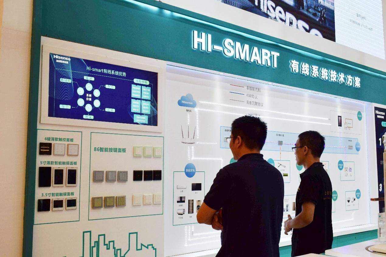 9月3日,2018上海国际智能家居展览会(简称SSHT)在新国际博览中心举行。作为中国智能家居行业最具规模和影响力的专业展会之一,今年SSHT云集了包括海信等在内的国内外250余家知名企业,参展规模再创新高。    作为我国家电行业的领军企业之一,海信的亮相备受瞩目。在此次展示上,海信智慧家居全面展示了Hi-smart系统、智能云平台以及集成系统下多品类的智能产品,以大平台生态圈的方式,展现了智慧家居全屋系统解决方案,成为展会的一大亮点。    自主研发成王牌 海信诠释行业发展趋势   目前,海信在智